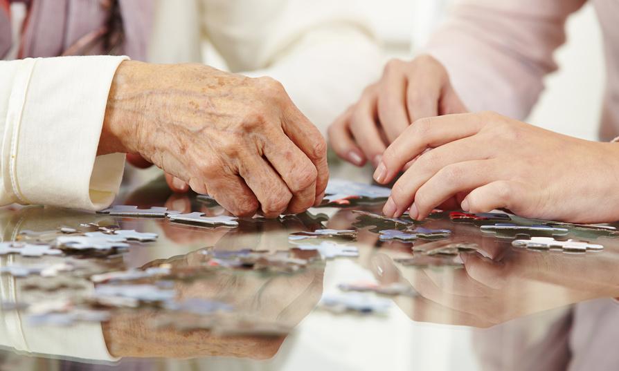 Manos resolviendo puzzle (Jubilación Activa)