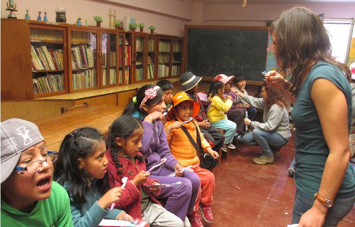 Voluntarias realizando un taller de higiene bucodental en La Paz, Bolivia
