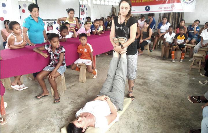 Voluntarias realizando un taller de primeros auxilios en Manabí, Ecuador
