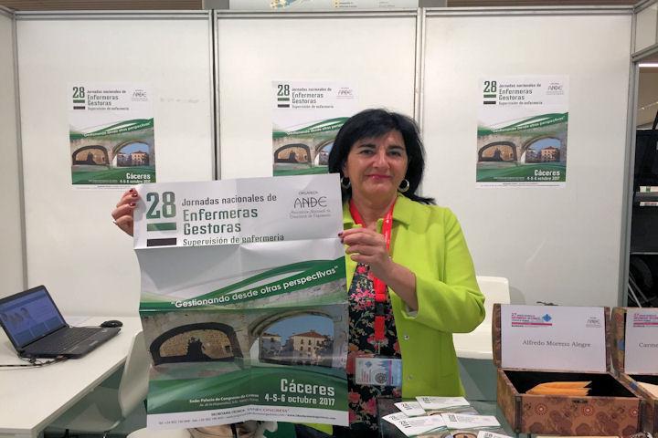 Presidenta Colegio Enfermería Cáceres presentando cartel 28 Jornadas Nacionales de Enfermeras Gestoras en Cáceres